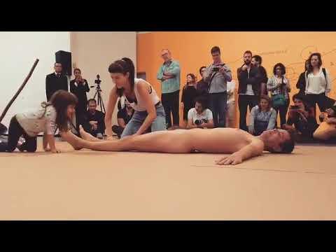 Debate público – Exposição de arte mostra homem nu sendo tocado por crianças. Isto é arte?
